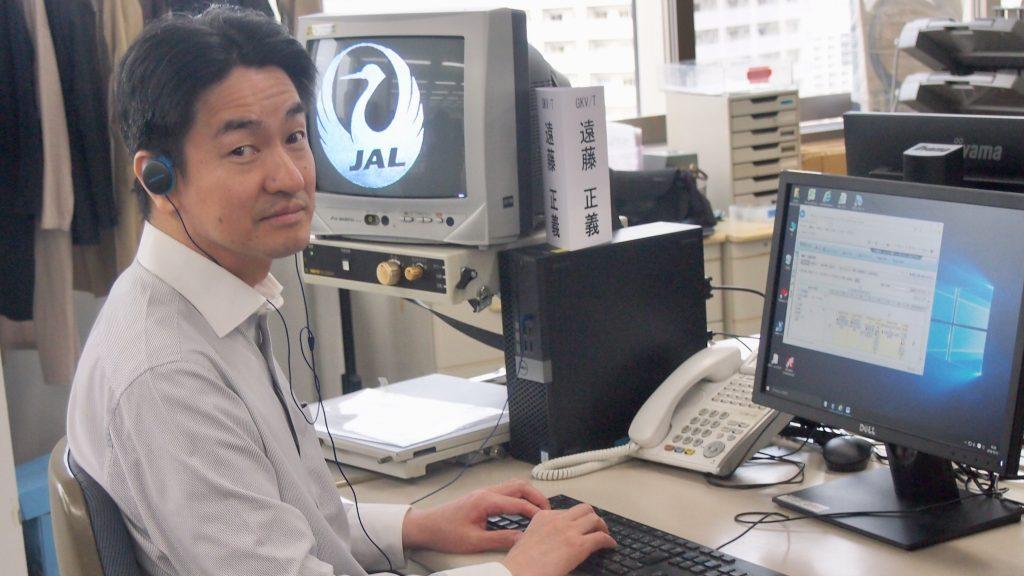 デスクのディスプレイ前で仕事中の遠藤さん