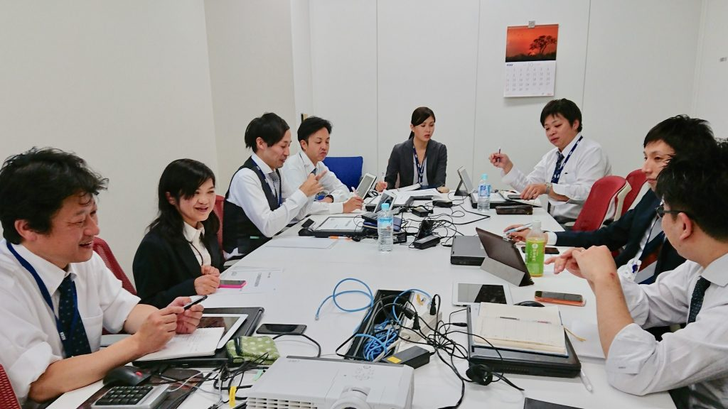 同僚と会議中の菊武さん