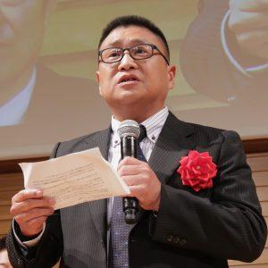 受賞スピーチをする鈴木さん