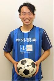 サッカーボールを持って笑顔の設楽さん