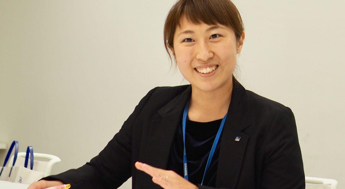 インタビューに笑顔で答える藤﨑さん