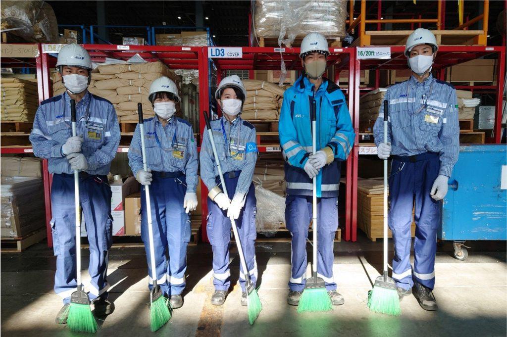 関西国際空港の貨物部門にて実施される『掃除しマンデー』のチームメンバー