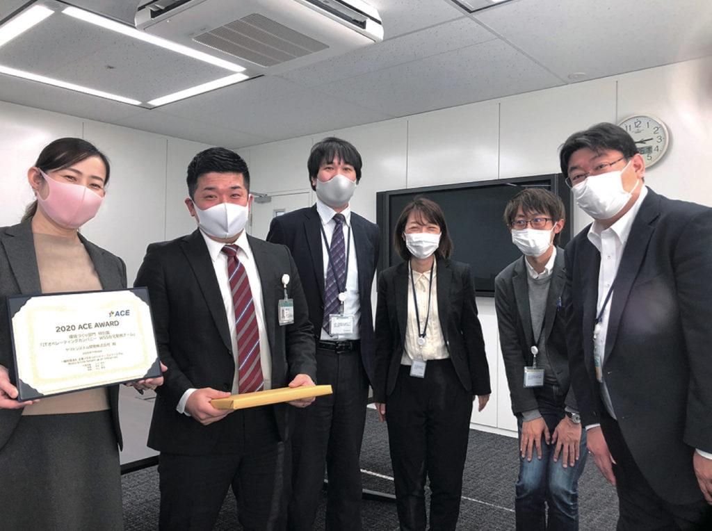 チームメンバーの写真。コロナ禍でマスクを着用して撮影。